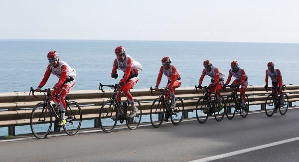 In allenamento sulla strada statale Aurelia in Liguria (Foto Antonio Pisoni)
