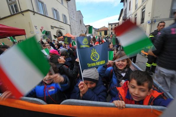 scuole al raduno di partenza (foto Ansa Peri-Zennaro)