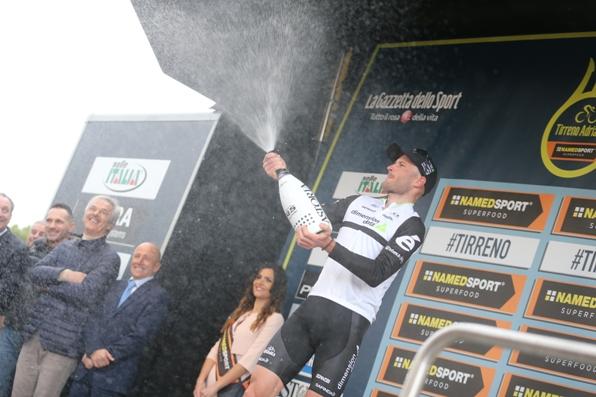 Steven Cummings brinda alla vittoria (Foto Ansa-Peri)