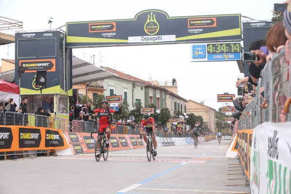 Van Avermaet vince a Cepagatti (Foto Ansa-Peri)