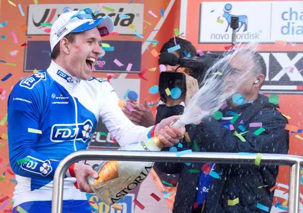 Demare brinda sul podio di Sanremo (Ansa-Peri)