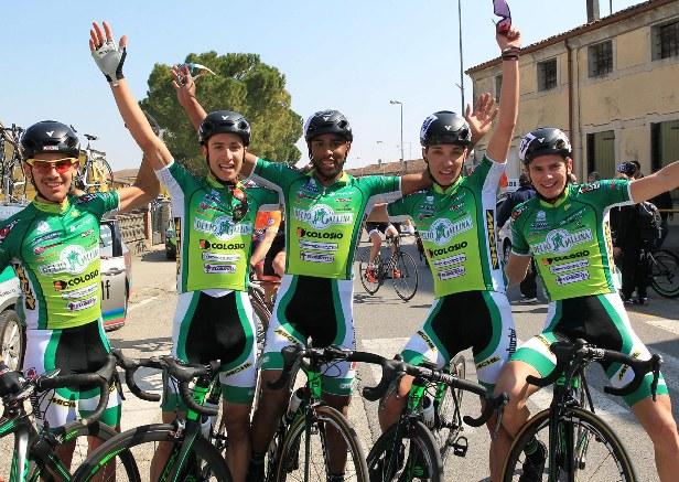 I corridori della Delio Gallina festeggiano la vittoria di Galdoune (Foto Rodella)