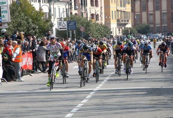 Samuel Nova conquista allo sprint il 4^ posto battendo il gruppo (Foto Berry)