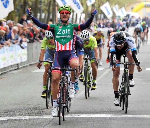 Lo sprint di Bresciani a Busseto (Rodella)