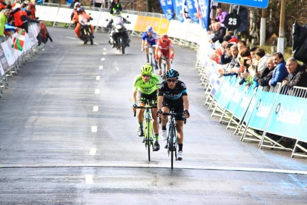 L'arrivo di Henao con Contador a ruota (Foto JC Faucher)