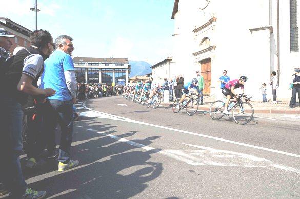 Giro del Trentino Melinda 2016 , 4° tappa Malè- Cles passaggio corridori