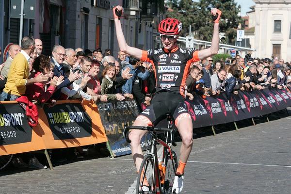 Stefano Bertoletti vince in solitaria a Castano Primo (Foto Antonio Pisoni)