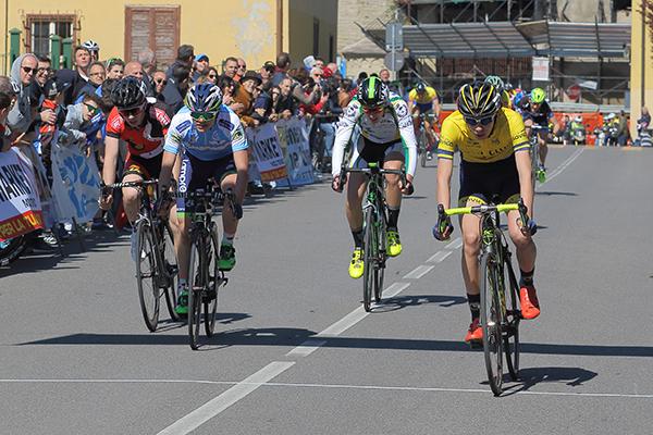 Lorenzo Gobbo batte il gruppo in volata per il terzo posto (Foto Kia Castelli)
