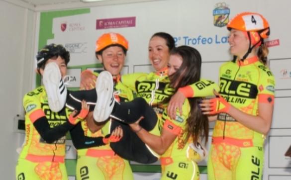 Da dx, Martina Alzini e le altre compagne di squadra festeggiano Marta Bastianelli