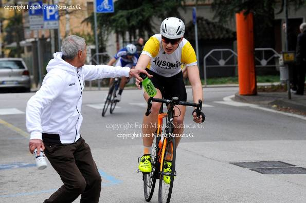 Il vincitore Leonardo Pasquotto riceve borraccia dal suo direttore sportivo (Foto Mosna Natascia G.)