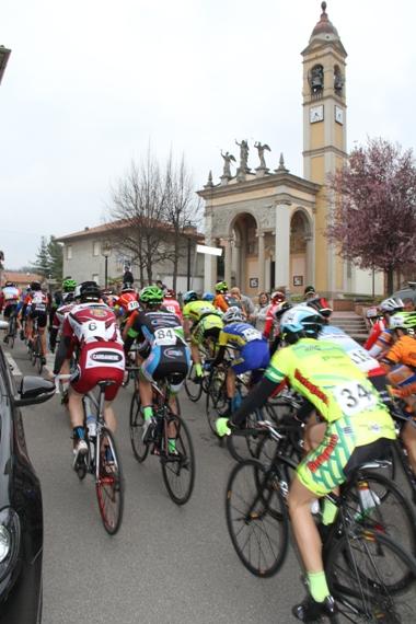 Gruppo di spalle nell'attraversamento di Peveranza (Foto Valentino Lavazza)