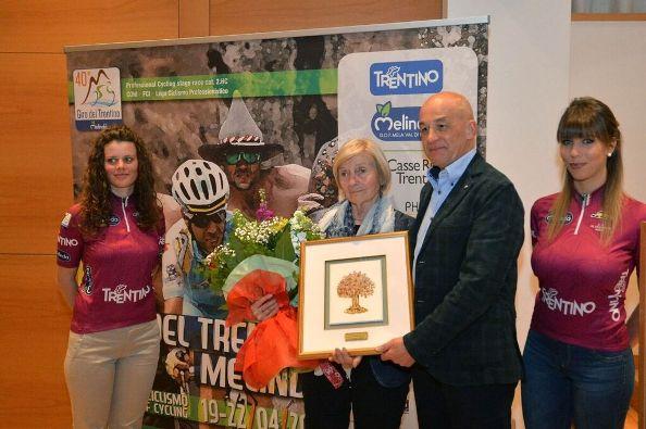 Lina Joppi riceve il Premio Ciclismo Vita Mia dalle mani dell'Assessore Mellarini (Foto Natascia Mosna G.)