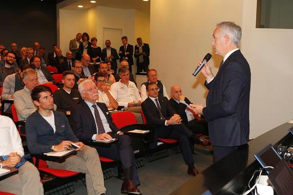L'intervento del presidente Emanuele Galbusera e, seduto, il Dr. Ronconi (Foto Pisoni)