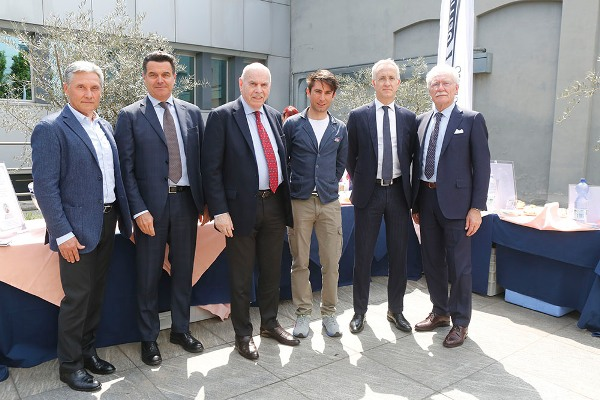 Dirigenti Mitsubishi Motors e Lampre-Merida con corridore Simone Consonni, futuro atleta Lampre-Merida (Foto Pisoni)