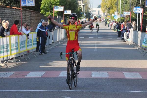 L'arrivo vittorioso di Manuel Orioli (Fot Mambretti)