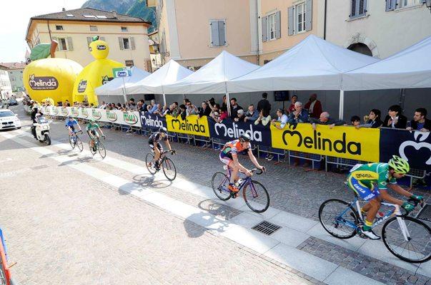 Giro del Trentino Melinda 2016 , 3° tappa Sillian - Mezzolombardo , passaggio sotto l'arrivo dei corridori