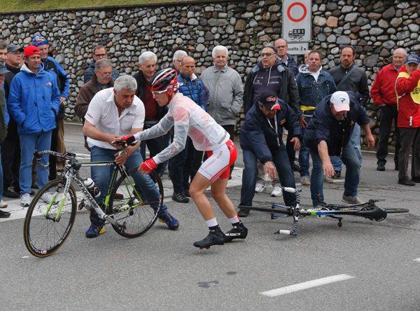 Cambio bici al nr. 82 Vezzola Nicolo^ (Foto Antonio Pisoni)