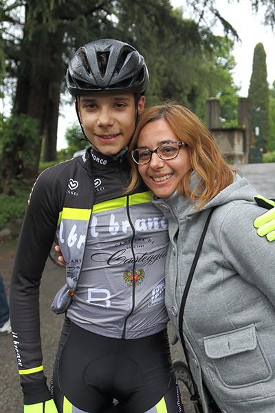 D'Amato con la mamma ad Inverigo (Foto Kia Castelli)