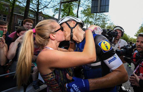 Marcel Kittel riceve il bacio della moglie (Foto Ansa)