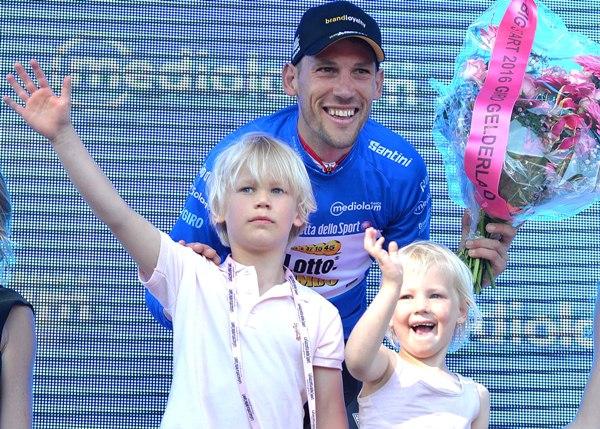 Tjallingii Maarte maglia azzurra con figli (Foto Ansa)