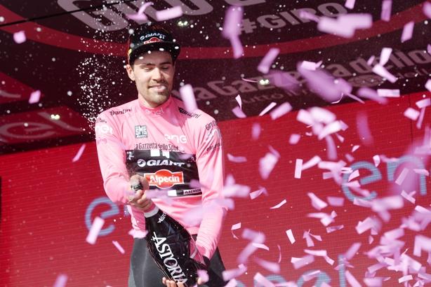 Dumoulin festeggia la riconquista della maglia rosa (Foto Ansa)