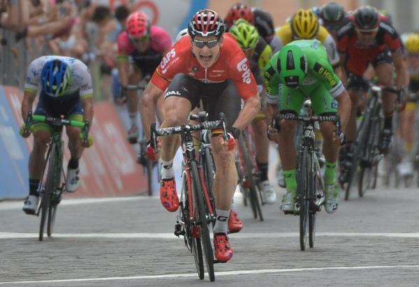 Andre^ Greipel verso la vittoria nella 5^ tappa (Foto Ansa)