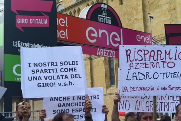 La protesta dei derubati dalla tristemente famosa Banca infedele