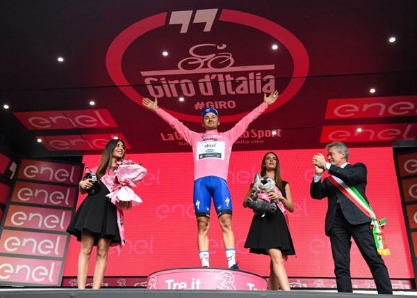 Giro d'Italia 2016-Brambilla in maglia rosa (Ansa)