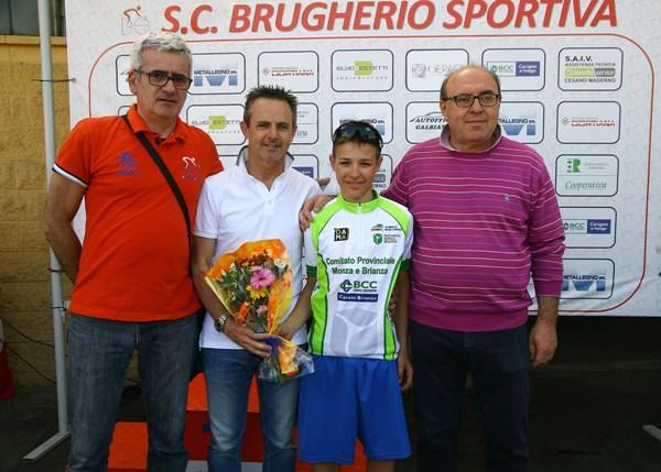 Perego, Tagliabue e presidente Brugherio Sportiva col neo campione provinciale Esordienti 1^ anno (Foto Berry)