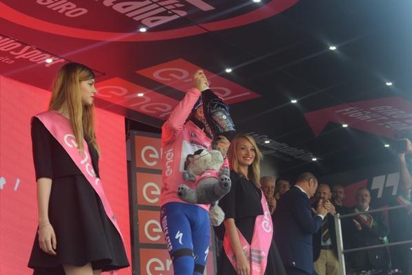 Brambilla (seminascosto) sul podio in maglia rosa (Foto Trovati)