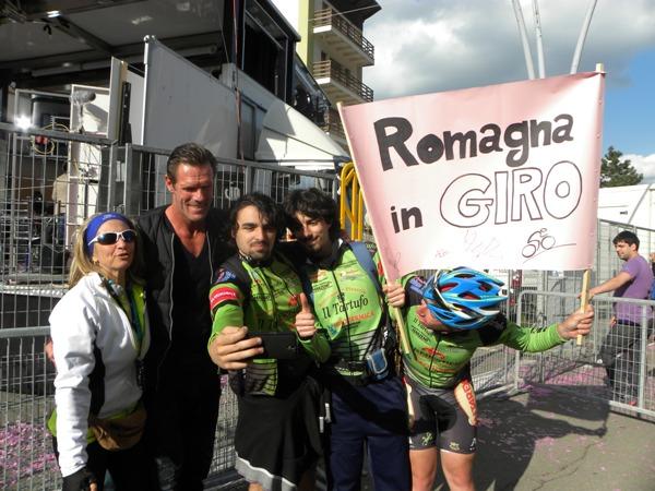 Giovani tifosi provenienti da Faenza qui con Cipollini (Foto Nastasi)