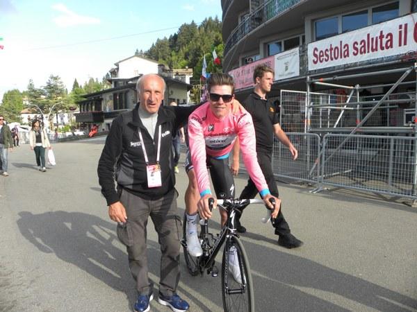 La nuova maglia rosa Bob Jungels con Nando Piazza (Foto Nastasi)