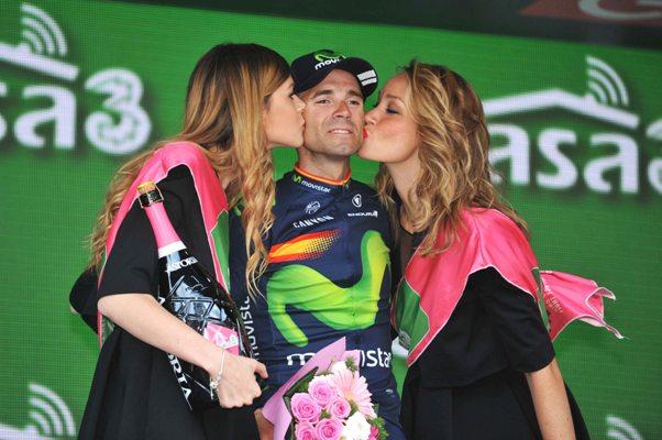 Valverde e il primo bacio delle miss al Giro (Foto Mosna Natascia G.)