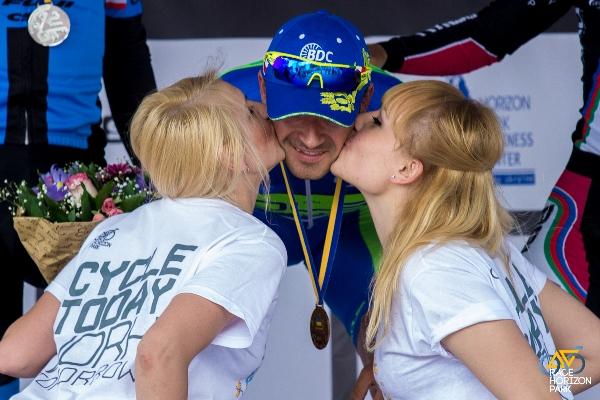 Vitaly Buts riceve il bacio dalle miss