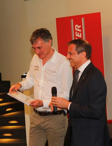 Dr. Ronconi consegna targa al DS Mario Scirea (Foto Pisoni)
