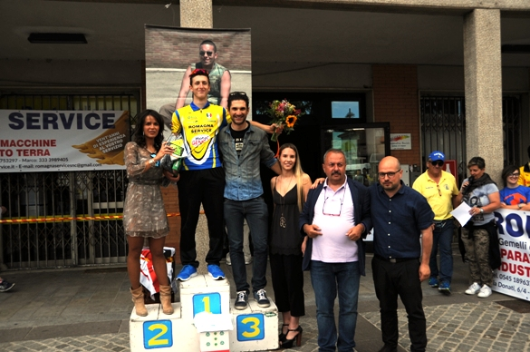 Ferrieri festeggiato dalle Miss e Organizzatori (Foto Fausto Barbieri)