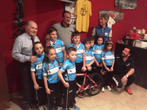 I giovanissimi del Tatobike Borgovirgilio col presidente FCI Mantova, Redini (Foto Paolo Biondo)