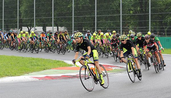 Il gruppo in una delle curve dell'Autodromo (Foto Kia)