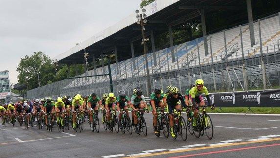 Gruppo sotto le tribune Autodromo di Monza (Foto Pisoni)
