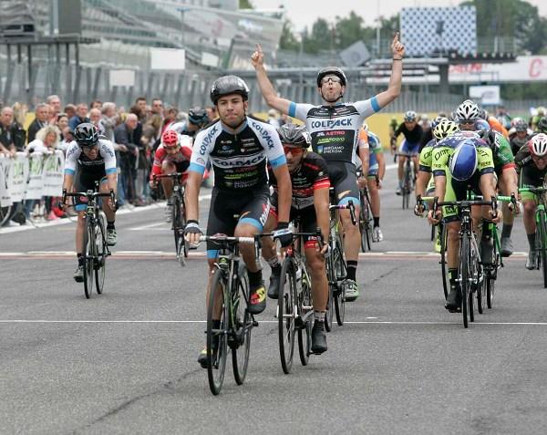 Riccardo Minali esulta per il successo di Lamon a Monza (Foto Antonio Pisoni)