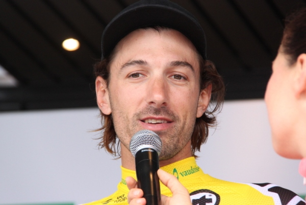 Cancellara intervistato alla partenza della 2^ tappa ancora in maglia gialla (Foto Jean Claude Faucher)