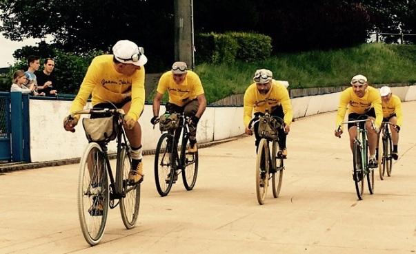 I sei eroici pedalatori sulla mitica pista di Roubaix