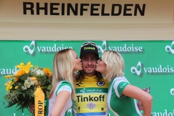 Sagan bacio delle miss in maglia oro (Foto JC Faucher)
