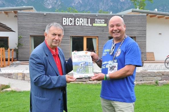 Bernardi a sx con Luciano Eccher Collaboratore Comitato Organizzatore 23^ Giro Trentino A.A. Dopnne Elite (Foto Remo Mosna)
