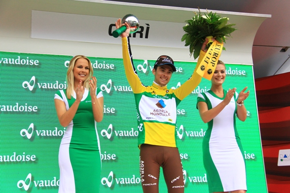 Latour festeggiato e premiato sul podio (Foto JC Faucher)