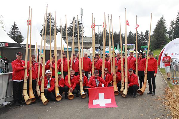 Bandiera della Svizzera e gruppo folcloristico (Foto Kia)