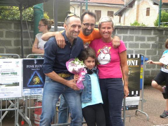 Andrea e Simona Noe^ premiano un giovane concorrente (Foto Nastasi)