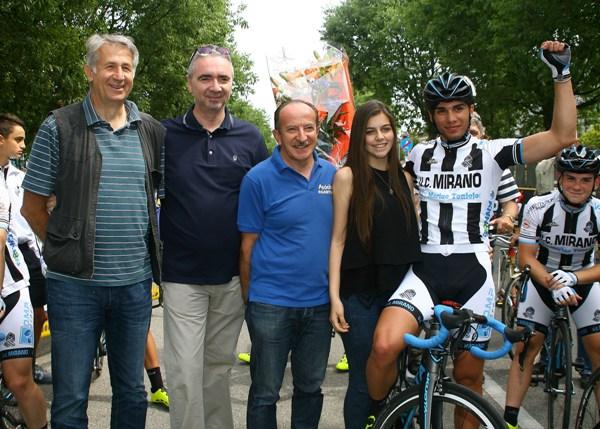 Davide Boscaro con Dirigenti del Pedale Agratese dopo l'arrivo (Foto Berry)