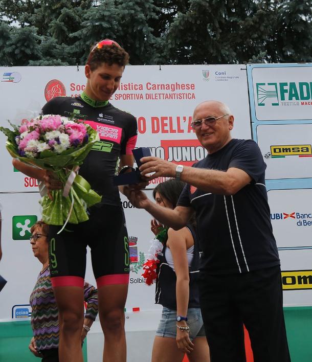 Adriano Zanzi ed una premiazione (Foto Pisoni)