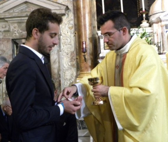 Fabio Aru, Premio Coraggio e Avanti 2014, riceve la S. Comunione da Don Daniele Laghi (Foto Miserocchi)